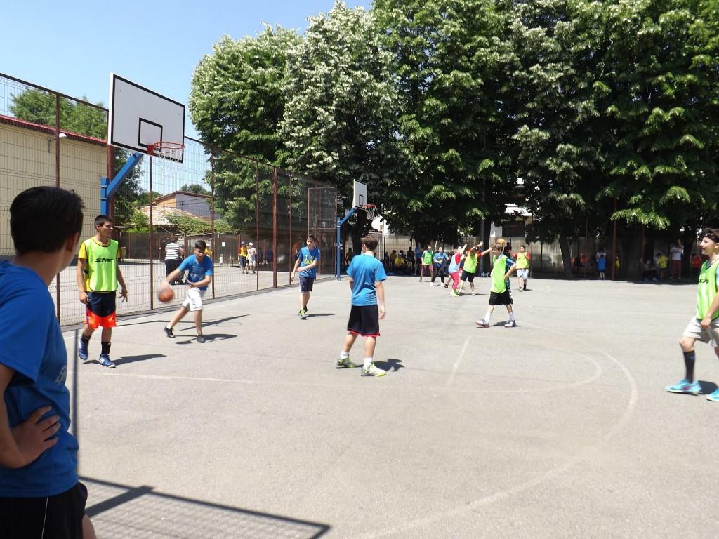 Liber la sport în curtea școlii în sectorul 1